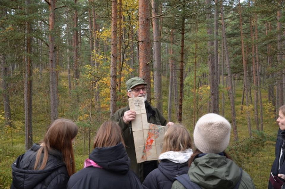 Tęsia ekskursijas po Neringos miškus