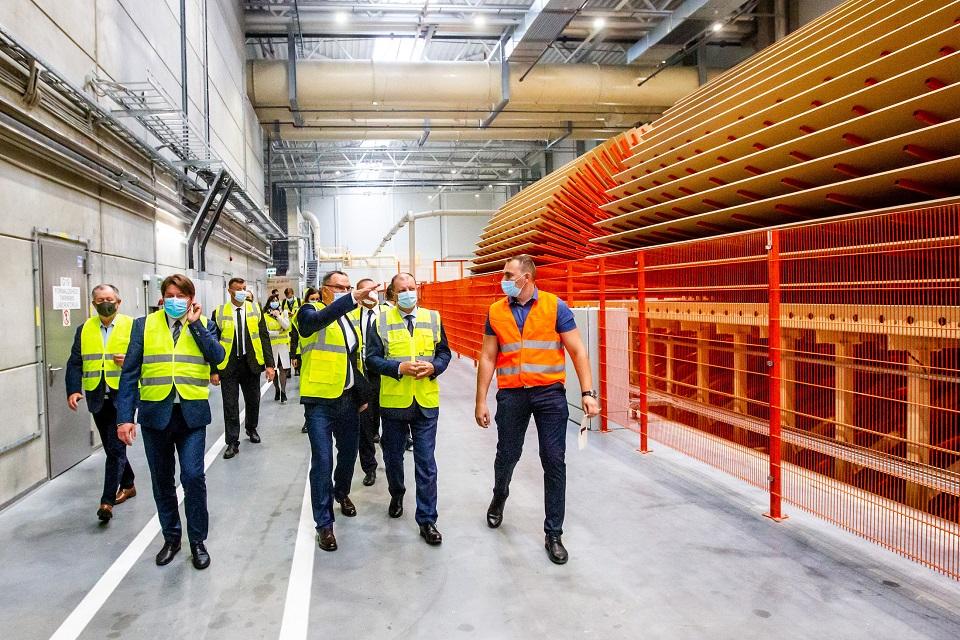 """Akmenėje atidaryta """"Vakarų medienos grupės"""" gamykla"""