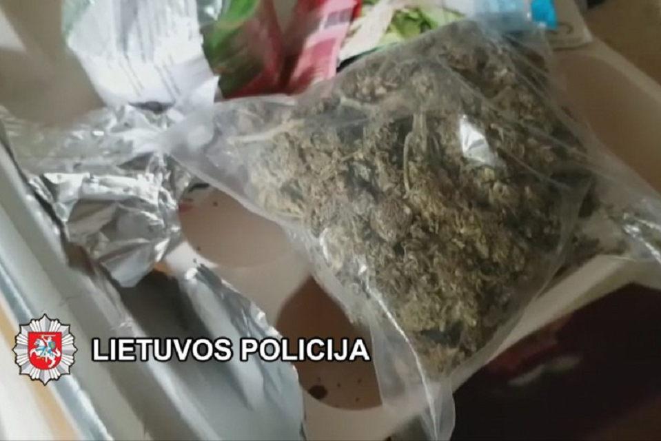 Bendrus išdavęs narkotikų kurjeris nuo atsakomybės atleistas