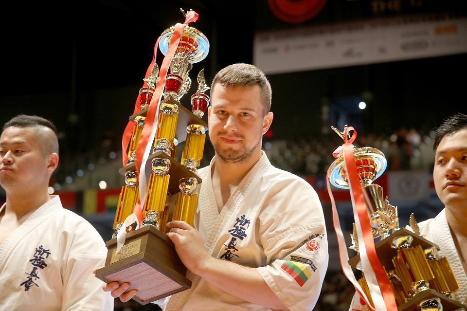 Geriausias Lietuvos karatistas Eventas Gužauskas ant tatamio žengia su šypsena veide