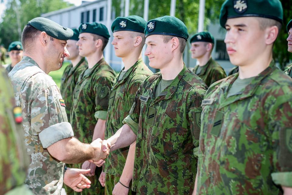 Privalomąją karo tarnybą baigė apie 700 karių