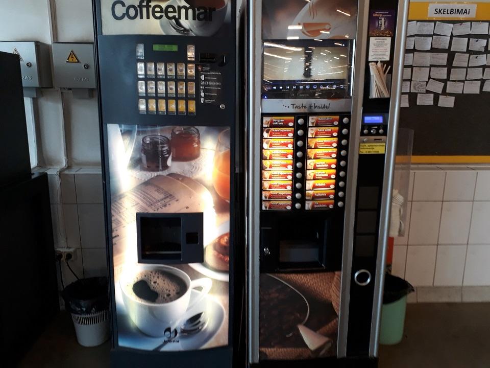 Paaugliai toliau laužo kavos aparatus