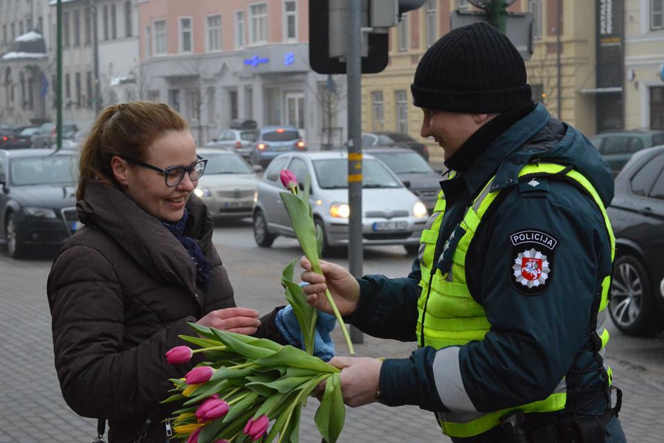 Policininkai sveikino moteris