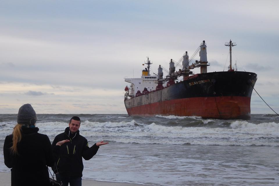 Ties Melnragės krantu užstrigo laivas