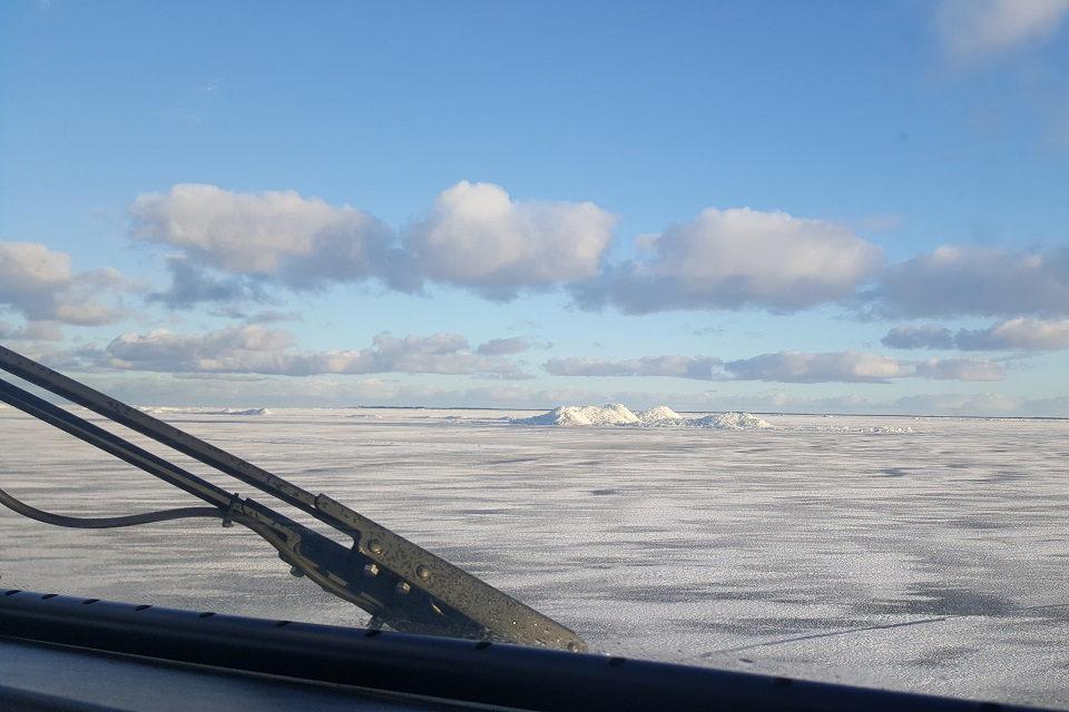 Ugniagesiai išgelbėjo ant Kuršių marių ledo įlūžusį žveją