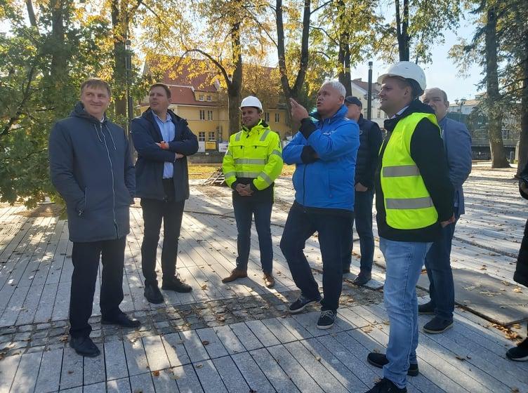 Грубляускас оценил ход реконструкции сквера у реки Данге: что увидел мэр?
