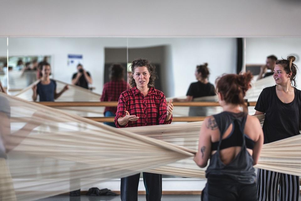"""Trisdešimt šokėjų kurs """"judančią architektūrą"""""""