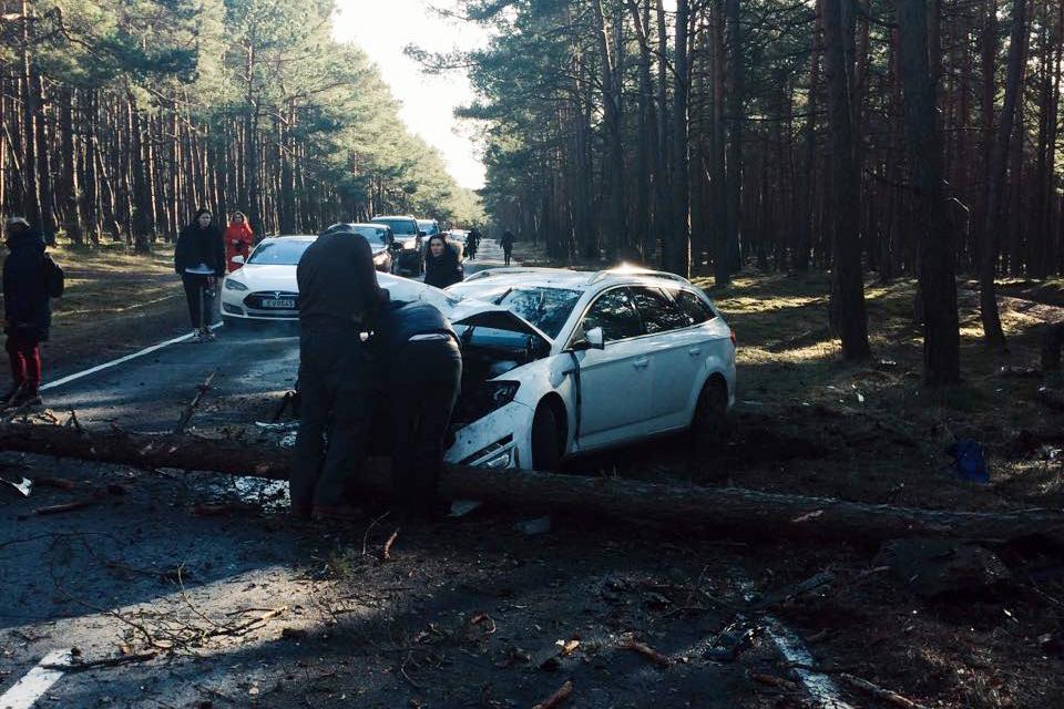 Kelyje į Juodkrantę – eismą paralyžiavusi avarija