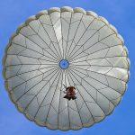 На Куршской косе упал парашютист: мужчину нашли в дюнах
