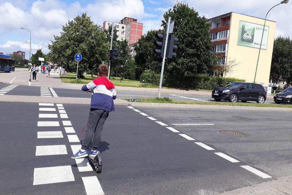 Pareigūnų dėmesys – paspirtukininkams ir dviratininkams