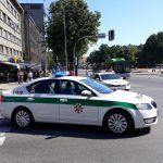 Policijos automobilis atsitrenkė į stulpą