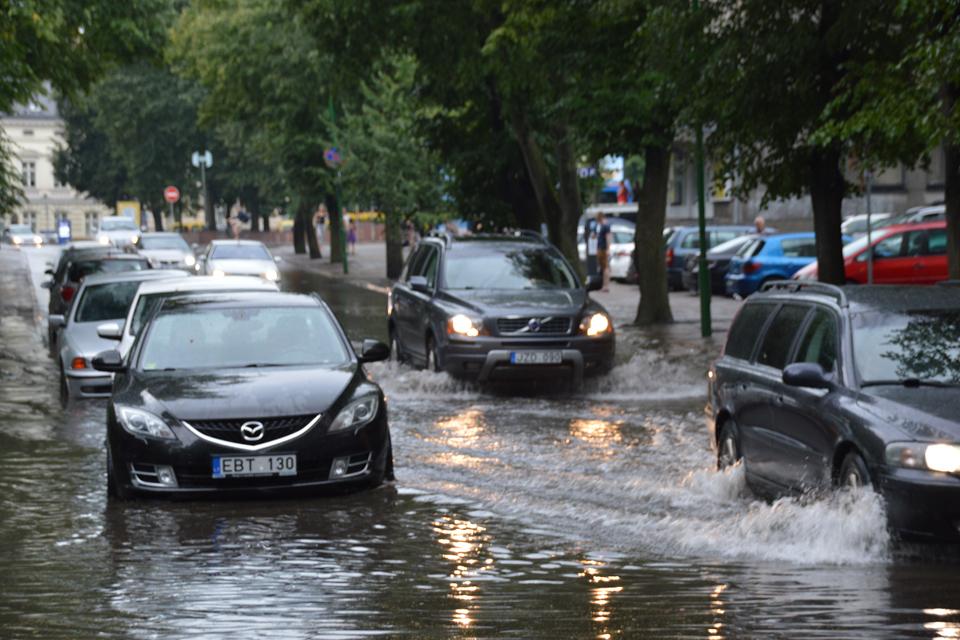 Lietus užtvindė centrines gatves