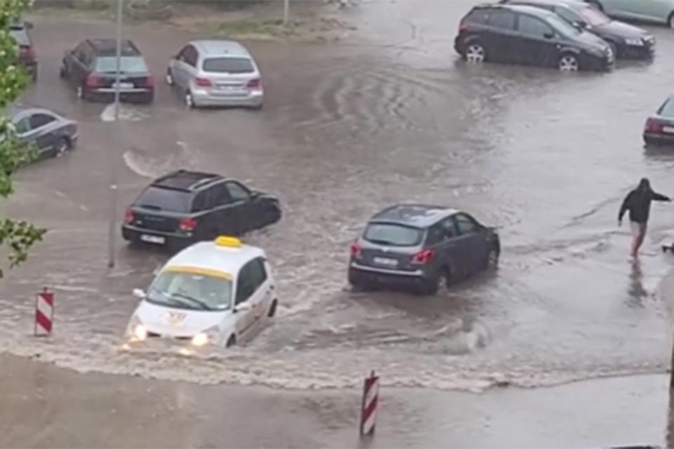 Uoste ribota laivyba, mieste – potvyniai, lūžta medžiai
