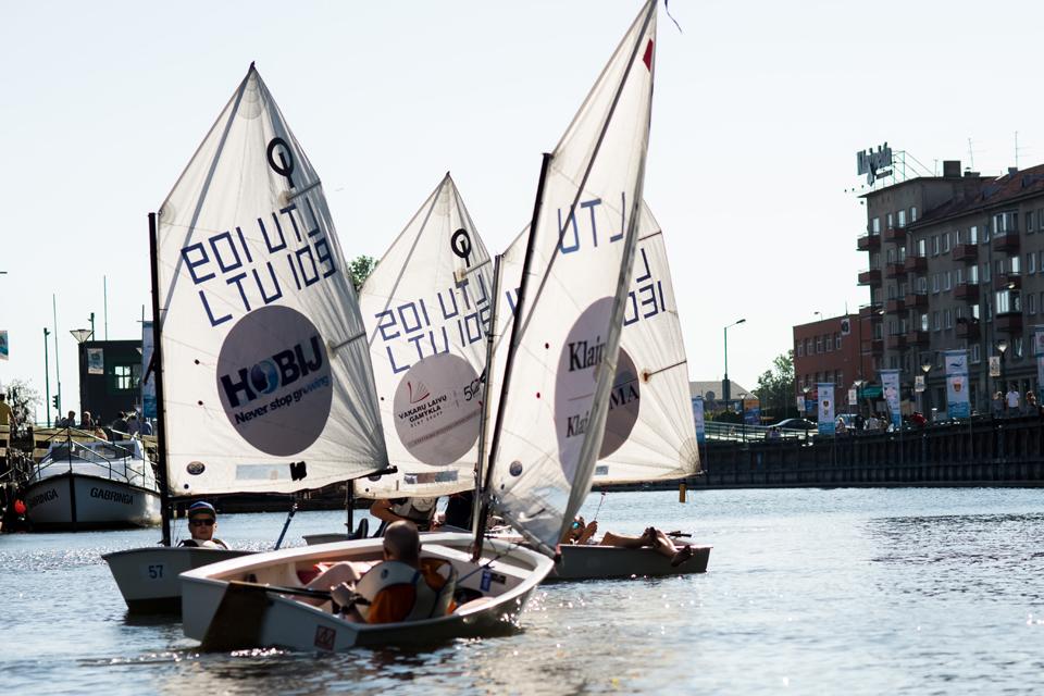 """Jūros šventė prasidėjo mažiausių jachtų varžybomis """"Pagauk optimizmą"""""""