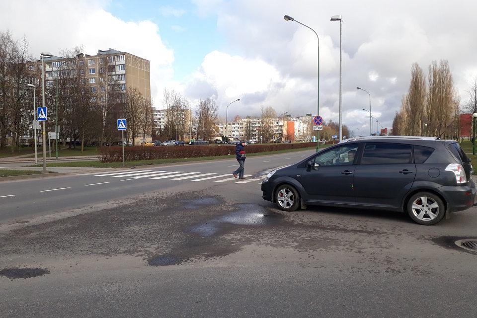 Girta vairuotoja apdaužė tris automobilius ir kelio ženklą