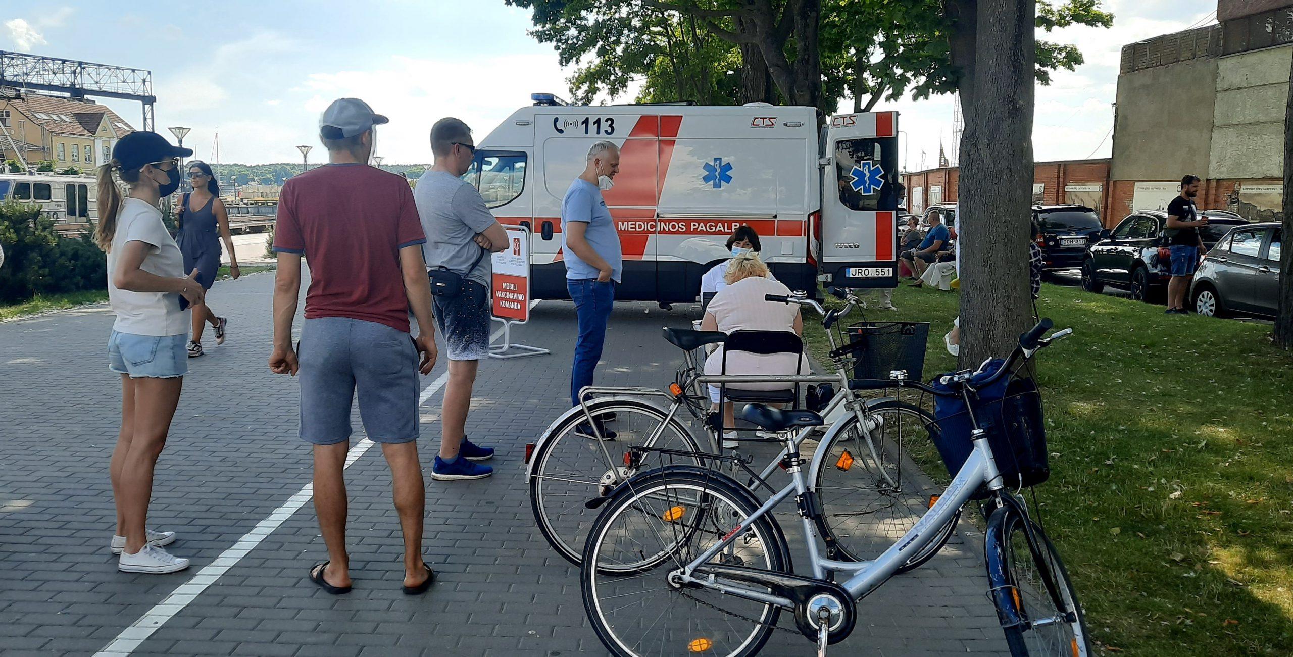Прививочный автобус ждет желающих вакцинироваться на улице Лаукининку