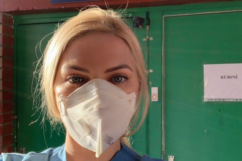 """Ligoninėje savanoriaujanti KU studentė: """"Didžiuojuosi galėdama padėti"""""""