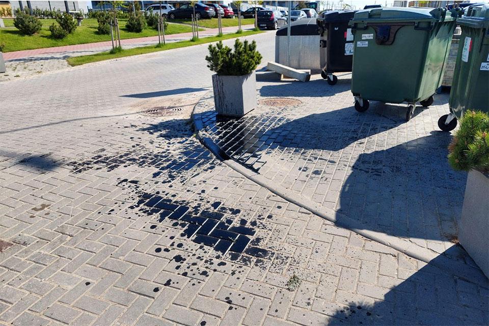 Neatsakingai išmestos pavojingos medžiagos užteršė klaipėdiečių kiemą