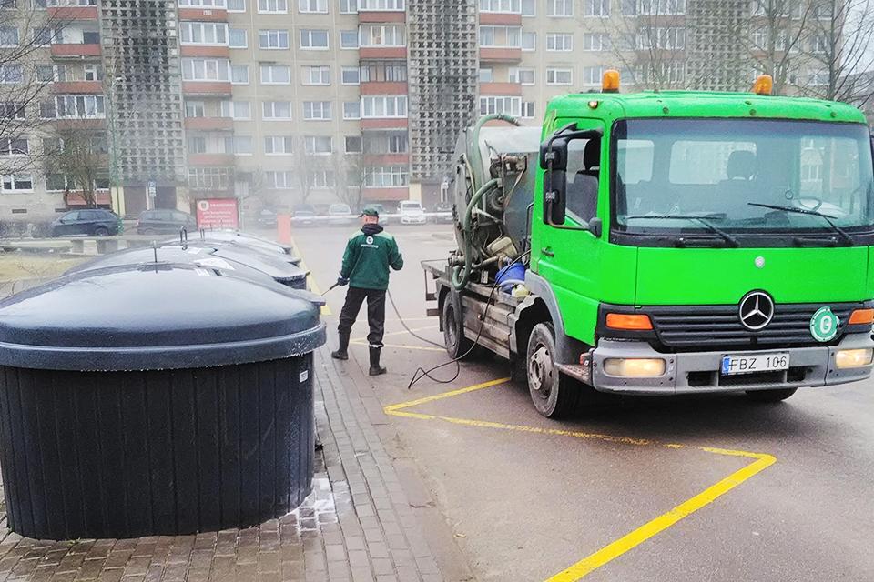 Mieste pradėjo plauti atliekų konteinerius