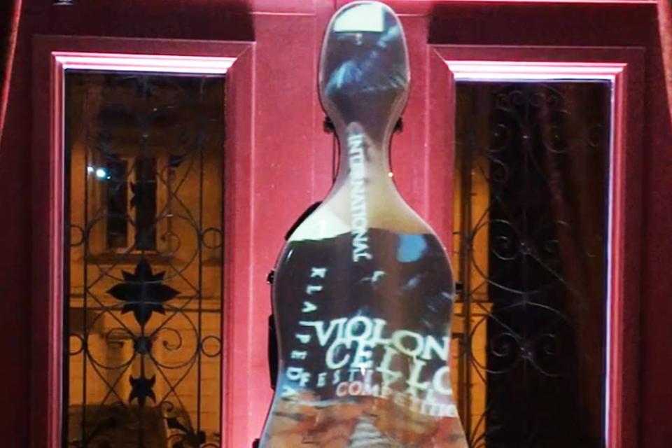 Ispanų videomeninkas sukūrė atgijusios violončelės instaliaciją